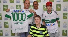 Alex_doa_ao_Pequeno_Principe_camisa_do_jogo_mil_07_03_2014