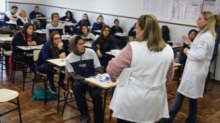 As professoras Silvia e Karin comandaram a primeira atividade no Colégio Bagozzi.