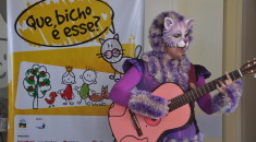 """""""Mamãe gato"""" do """"Que bicho é esse?"""" interage com os pacientes através de canções"""