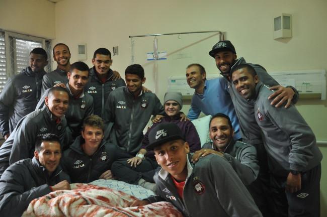Técnico Milton Mendes e jogadores visitam o paciente Luis Miguel