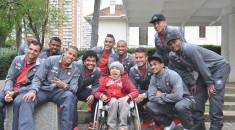 Jogadores do Atlético posam para foto com paciente do Pequeno Príncipe