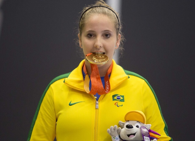 Danielle Rauen com o ouro do Parapan de Toronto