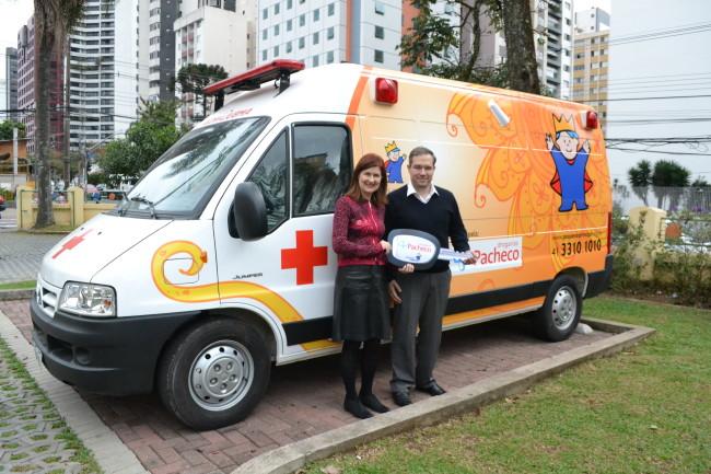 Ety Cristina Forte Carneiro e Roberto Tamaso em frente à ambulância doada pela Drogarias Pacheco