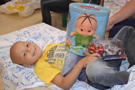 O paciente Igor Novack e seus brinquedos: carinho mais que especial.