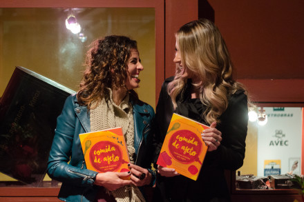 As autoras do livro, Luciana Patrícia de Morais e Elza Forte da Silva Carneiro, durante o lançamento da obra