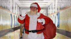 Papai Noel alegra crianças e adolescentes do Pequeno Príncipe