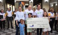 Rafa Gomes entrega cheque simbólico dos shows beneficentes realizados em prol do Hospital Pequeno Príncipe